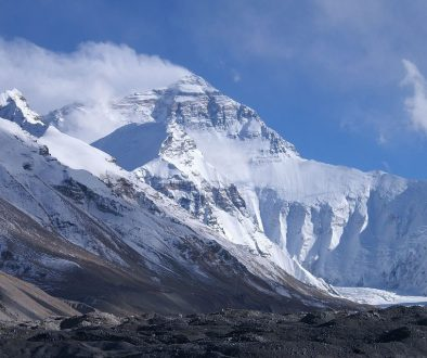 clouds covered mt everest